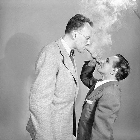 """George Braunsdorf (a sinistra) con Joe Damone (destra) mostrano come usare una pipa """"Double Ender"""", New York 2 giugno 1949"""