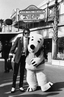 Michael Jackson con una mascotte di Snoopy nel 1984