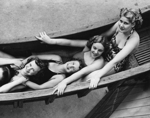 Ragazze in un parco divertimenti Coney Beach a Porthcawl, Galles, 1939