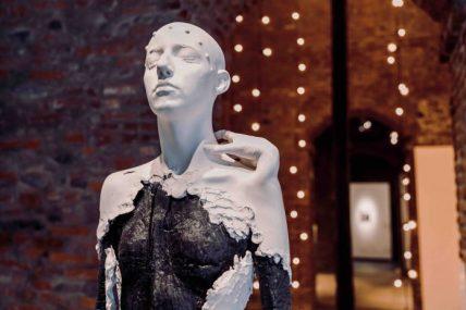 Aron Demetz, Evidenza dislocata, 2018, legno carbonizzato e gesso, 175x45x35 cm. Courtesy l'artista e Galleria Doris Ghetta, Ortisei. Foto Maria Chiara Piglione. Veduta dell'installazione al Museomontagna