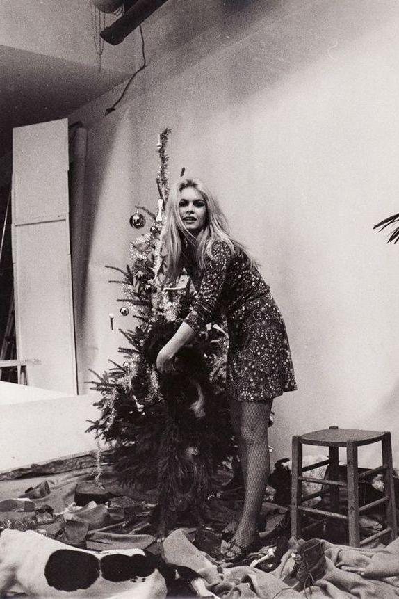 Brigitte Bardot in un mini abito mentre decora un albero di Natale