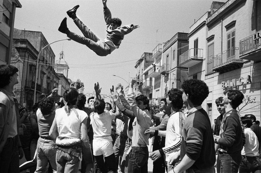 Domenica di Pasqua, Festeggiamenti per incitare l'uscita della statua di San Michele patrono di Caltabellotta, 1984 © Letizia Battaglia