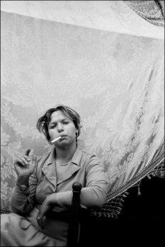 Donna che fuma, Catania, 1984 © Letizia Battaglia
