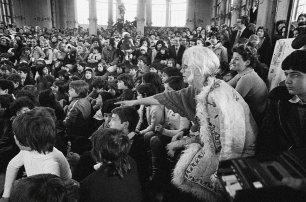 Franca Rame durante lo spettacolo di burattini alla Palazzina Liberty, 1974, Milano © Letizia Battaglia