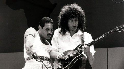 Freddie Mercury e Brian May si esibiscono al Live Aid, 1985