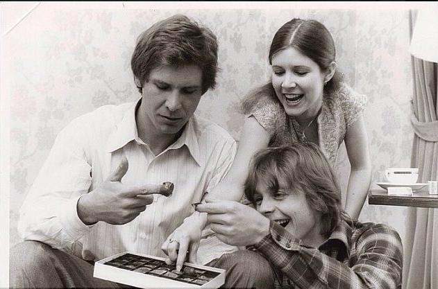 Harrison Ford, Mark Hamill e Carrie Fisher alle prese con una scatola di cioccolatini, 1976