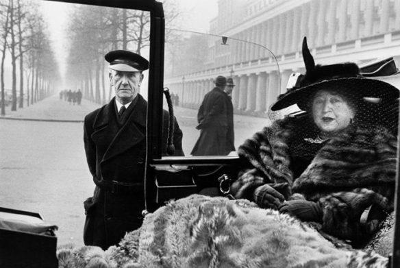 Inge Morath - London. Publisher Eveleigh NASH at Buckingham Palace Mall. 1953
