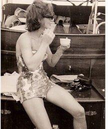 Jackie Kennedy sorseggia un caffè seduta sul retro di una barca a Cape Cod nel 1961