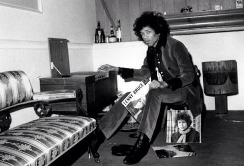 Jimi Hendrix ascolta musica dal giradischi di Ringo Starr