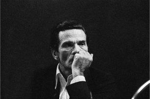"""Pier Paolo Pasolini al Circolo Turati, durante il dibattito """"Libertà d'espressione tra repressione e pornografia"""", dedicato alle censura e alla vicende processuali del film """"I Racconti di Canterbury"""", 1972, Milano © Letizia Battaglia"""
