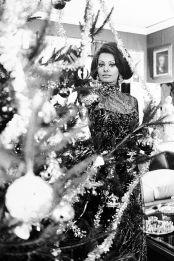 Secondo quanto riferito, Sophia Loren, la sirena italiana di Hollywood, ha indossato Christian Dior per celebrare le vacanze nella sua villa a Roma nel 1971