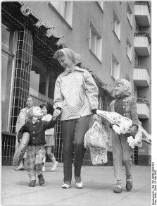 Una madre con i suoi figli, Berlino, Germania, 1962