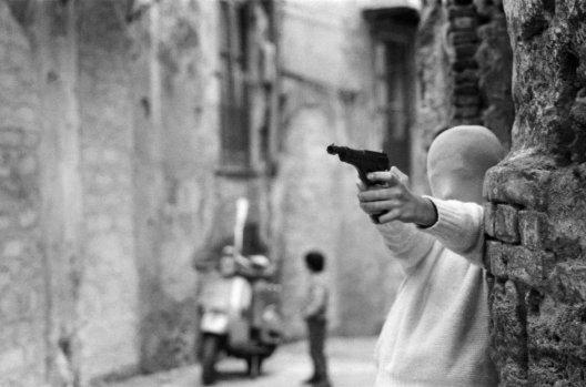 Vicino la Chiesa di Santa Chiara. Il gioco dei killer, 1982, Palermo © Letizia Battaglia