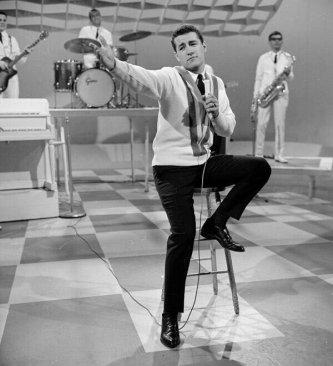 Alex Trebek ospite del programma televisivo CBC 'Music Hop' nel 1963
