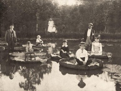 Bambini seduti su ninfee nella Carolina del Nord, 1892