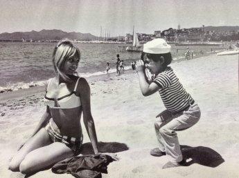Bambino guarda con un monocolo a 2 piedi di distanza, anni '50