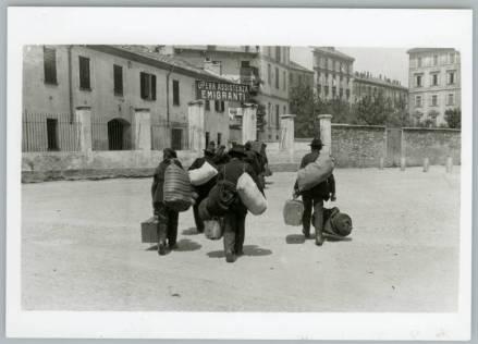 Emigranti verso la Svizzera, 1900, courtesy Touring Club Italiano