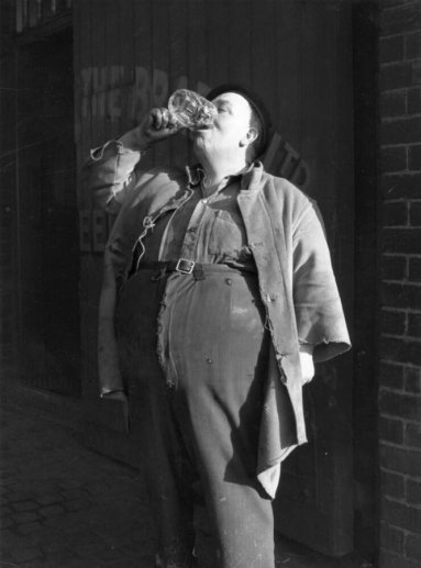 George Dyler, bevitore di birra campione delle Midlands, beve una pinta in 4 secondi. 1954