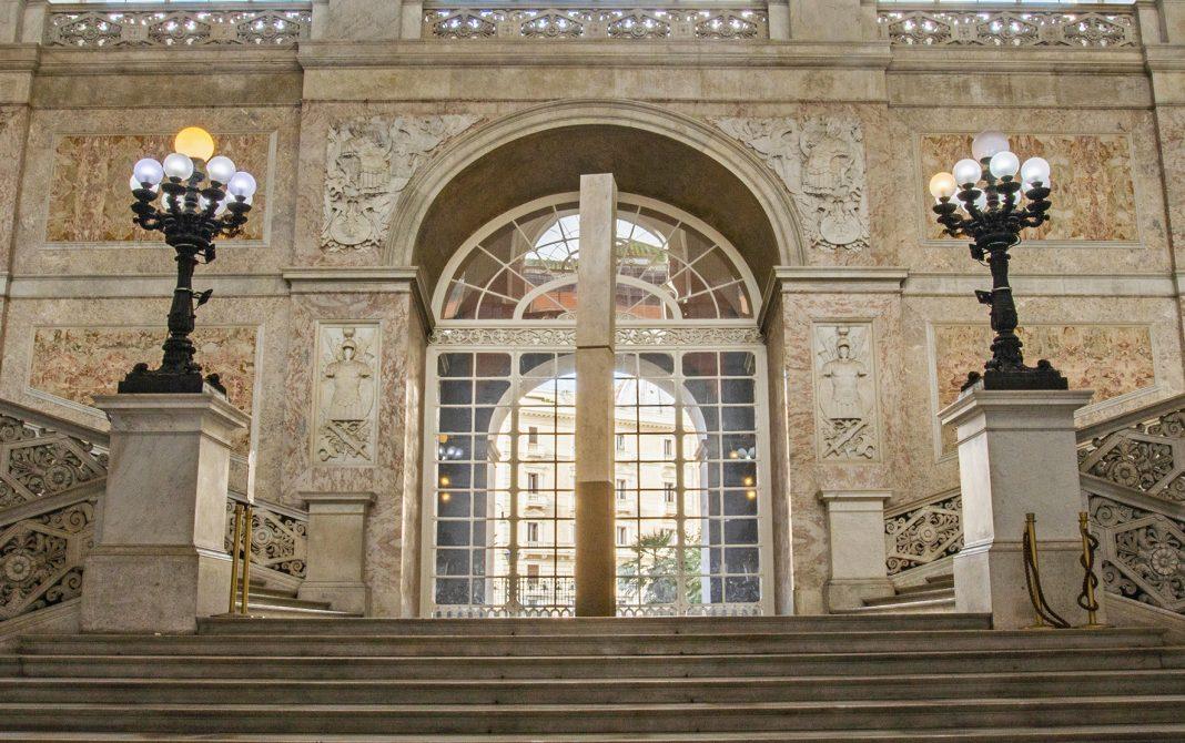 Hidetoshi Nagasawa, Groviglio di quanta, 2014, ferro e marmo, 525x40x40, ph Alessandra Cardone e Luciano Basagni © Polo museale della Campania