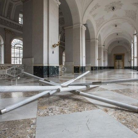 Hidetoshi Nagasawa, Matteo Ricci, 2010, acciaio e marmo, 50x360x360 cm, ph Alessandra Cardone e Luciano Basagni © Polo museale della Campania
