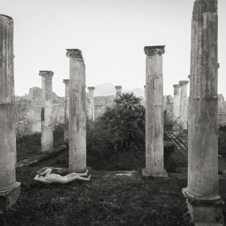 Kenro Izu, Casa di Apollo, Pompei, 2016. Courtesy Fondazione Modena Arti Visive