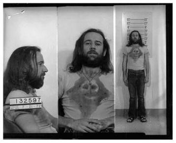 """La foto segnaletica di George Carlin arrestato per indecenza pubblica e violazione delle leggi sull'oscenità per aver eseguito """"Sette parole volgari"""""""