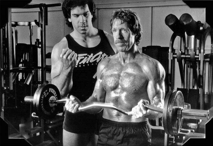 Lou Ferrigno allena Chuck Norris, anni '80