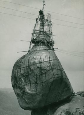 Pagoda di Kyak i Thi ro sospesa su un macigno, Brimania, 1953, courtesy Touring Club Italiano