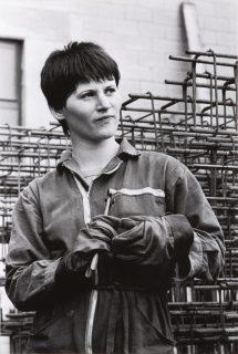 PAOLA AGOSTI. Forlì, 1978 - Giovane operaia ferraiola in cantiere/Young iron worker © Paola Agosti