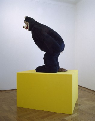 Paul McCarthy, Bear sculpture, 1992, installazione, 90,3x229 cm, Collezione Alt (Bergamo)