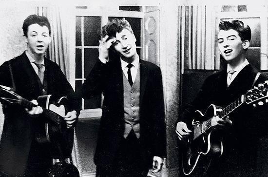 Paul McCartney, John Lennon e George Harrison si esibiscono ad un ricevimento di nozze, 1958