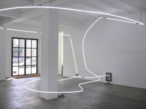 Pietro Roccasalva, Jockey full of Bourbon II, 2006, neon, acrilico su carta su forex, specchio, resina, piume dipinte a mano, 290x680x580 cm, Collezione Giuliani (Roma)