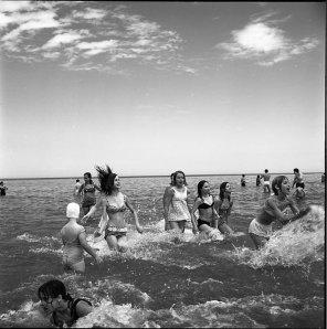Ragazze nuotano nel lago Michigan. 1968