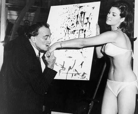 Salvador Dali bacia la mano di Raquel Welch dopo aver terminato il suo famoso ritratto, 1965