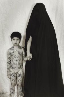 Shirin Neshat, Senza titolo, 1996, gelatin silver print, 149x107 cm, Collezione Pierluigi e Natalina Remotti (Milano/Camogli)