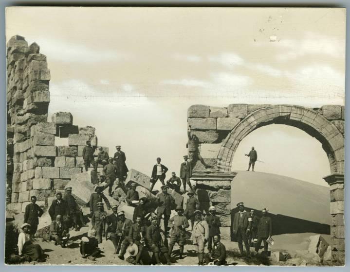Soci Touring a Leptis Magna, 1914, courtesy Touring Club Italiano