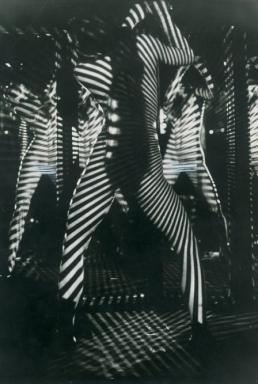 Spettacolo al Crazy Horse Saloon, Parigi, 1968, courtesy Touring Club Italiano