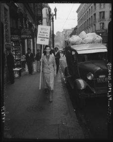Una donna a Los Angeles che protesta contro le incursioni illegali dell'Ufficio Immigrazione e Naturalizzazione, anni '30