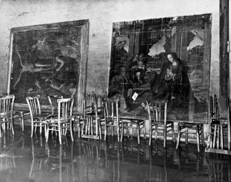 Una sala delle Gallerie degli Uffizi dopo l'alluvione di Firenze del 4 novembre, courtesy Touring Club Italiano