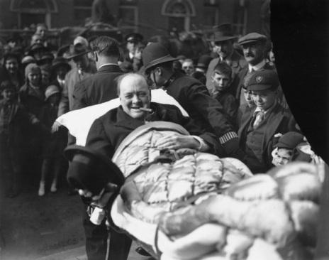 Winston Churchill lascia l'ospedale dopo un incidente d'auto, 1931