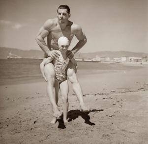 29 marzo 1940- Patricia O'Keffe pesa solo 64 chili, ma è in grado di reggere 200 chili sulla schiena