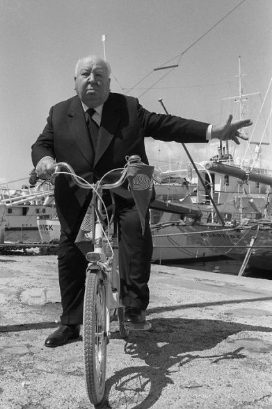 Alfred Hitchcock in bicicletta