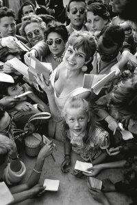 Brigitte Bardot e Brigitte Fossey firmano autografi a Cannes, 1955