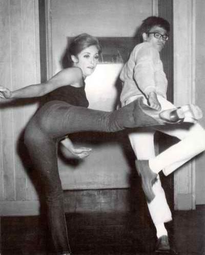 Bruce Lee allena Sharon Tate a calciare