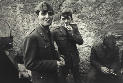 Bruno Barbey, Roma, 1963. Soldati in licenza. 1963 © Bruno Barbey/Magnum Photos/contrasto