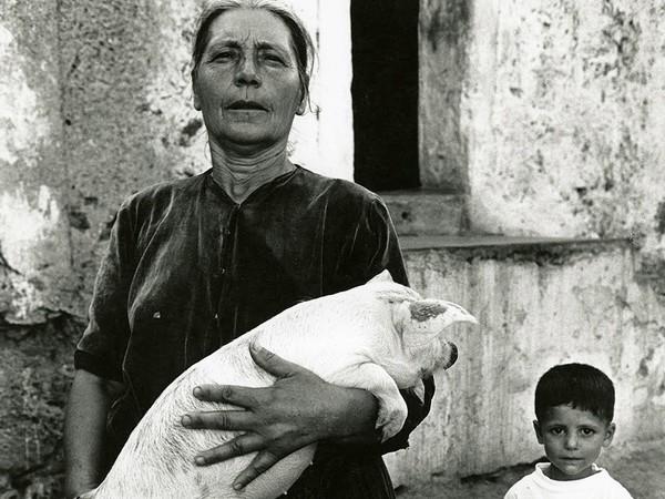 © Lisetta Carmi / Martini & Ronchetti   Lisetta Carmi, Irgoli, donna con il maialino,1962