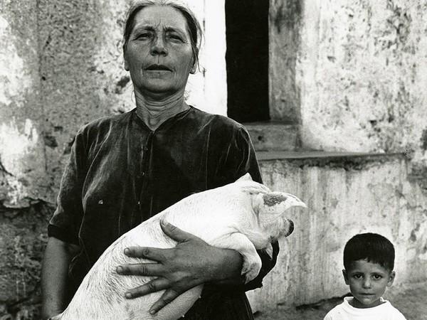 © Lisetta Carmi / Martini & Ronchetti | Lisetta Carmi, Irgoli, donna con il maialino,1962