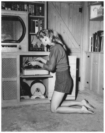 Donna maneggia un Hi Fi Tube Record Player. 1962