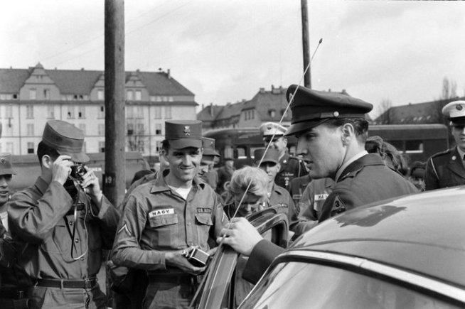 Elvis Presley lascia l'esercito in Germania dopo essere stato congedato nel 1960