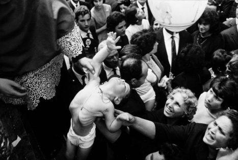 Ferdinando Scianna, Trecastagni, provincia di Catania, 1963. Festa di Sant'Alfio, Cirino e Filadelfo. © Ferdinando Scianna/Magnum Photos/contrasto
